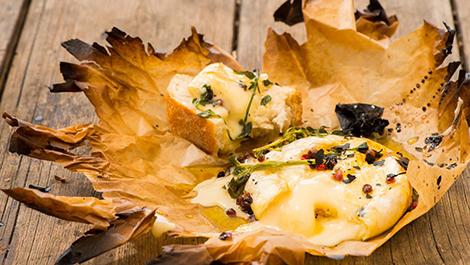 גבינת ברי בדבש ותבלינים צלויה בטאבון